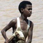 طفل سوداني يحاول إنقاذ ماعز من الفيضان الذي اجتاح السودان