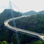 جسر السماء في ماليزيا يربط بين جبلين وهو معلق في الهواء علي إرتفاع 700 متر بطول يبلغ 125 متراً وعرض 1