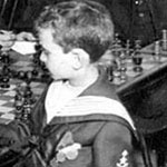 صورة لبطل الشطرنج صامويل ريشفسكي و هو يهزم عدد من عمالقة الشطرنج في فرنسا