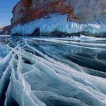 بحيرة بايكال المتجمدة في سيبيريا، روسيا.