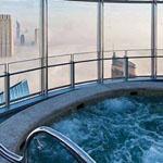 صورة من الطابق 96 من برج خليفة و نلحظ هنا البرج و هو يناطح السحاب
