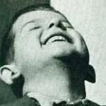 صورة مؤثرة لحظة استلام طفل يتيم عمره ...