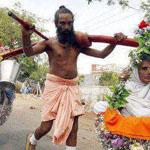 هندي يحمل امه بطريقة غريبة