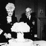 صورة قديمة لإحتفال ضباط أمريكان بنجاح عملية القاء القنبلة الذرية على اليابان المثير في الصورة هو تصميم الكيكة