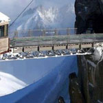 منظر رهيب جسر يوصل بين جبلين
