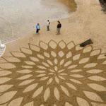 فن وابداع الرسم على الرمال