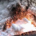 صورة توثق لحظة انفجار للحمم البركانية...