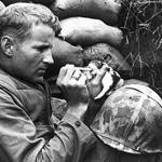 جندي يطعم قطة في الحرب .