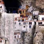 بيوت في قلب الجبل
