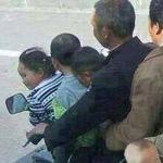 الصوره كلها كوم و الولد الصغير اللي م...