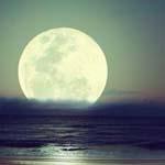 القمر بأروع حلة له