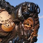 فنان أمريكي يستغل الحديد المستعمل ويحوله إلى مجسمات وأشكال حيوانات