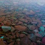 بحيرة طبيعية ومميزة بالوان حجارتها