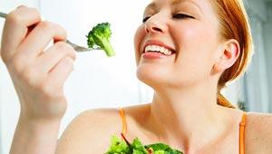اطعمة تحسين العلاقة الحميمة.. بينها الرُمان، البروكلي والتوت الازرق