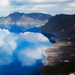 بحيرة تيأنشي على الحدود بين الصين وكو...