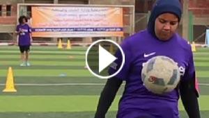 فيديو وصور: لأول مرة في مصر: مباريات كرة القدم تجمع الشباب والفتيات