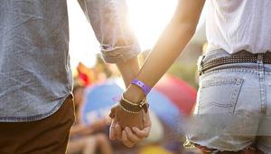 لغة الجسد: كيف تعرف قوة علاقتك مع حبيبتك من طريقة إمساكك بيدها؟