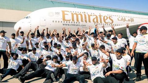 دبي: 56 شرطياً يجرون أضخم طائرة ركاب بالعالم.. صور