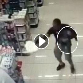 بالفيديو.. شاهدوا شرطي يتأبط ابنه بيد وبثانية يقتل لصين بالرصاص