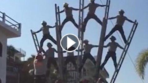 بالفيديو والصور.. انهيار هرم بشري لرجال الإطفاء بشكل كارثي
