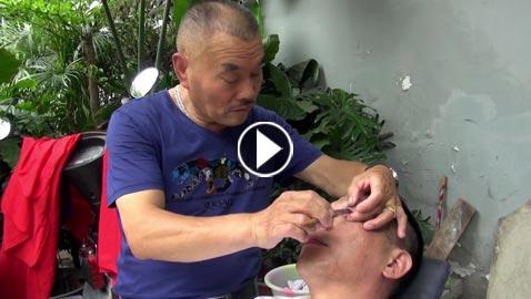 بالفيديو...حلاق صيني يقشر جفون زبائنه بالشفرة!!