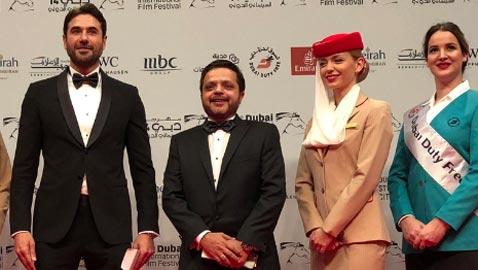 صورة مضحكة: محمد هنيدي يزيف صورته ليبدو أطول من احمد عز
