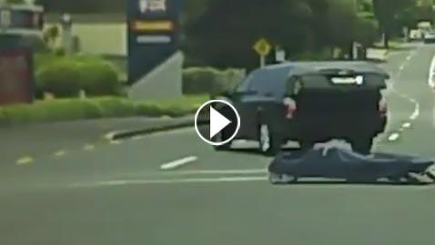 بالفيديو.. جثة تسقط من سيارة في مفترق طرق