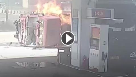 فيديو مروع.. انفجار شاحنة بعد تحطمها في محطة وقود