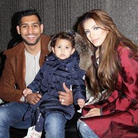 تهديديات بقتل الملاكم أمير خان وعائلته بسبب صورة لشجرة ميلاد