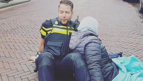شاهد ماذا فعل شرطي هولندي مع امرأة محجبة اصيبت بحادث