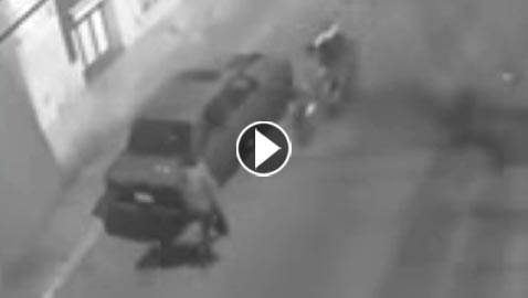 مقطع فيديو لفتاة تفقد وعيها بعد سرقة حقيبتها