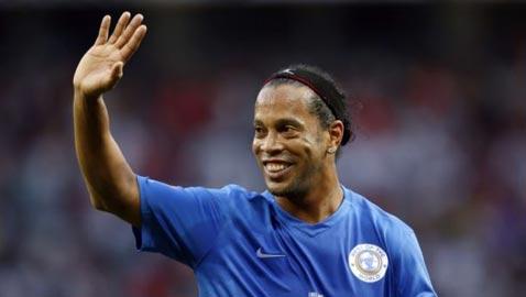 نجم كرة القدم البرازيلي رونالدينيو يقرر الاعتزال رسميا
