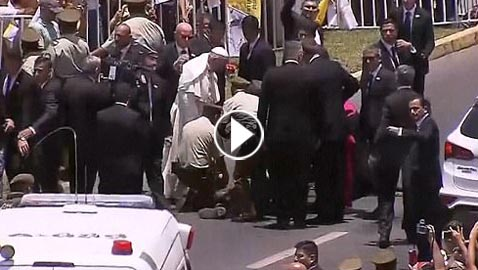 بالفيديو.. سقوط شرطية من فوق حصانها امام موكب البابا