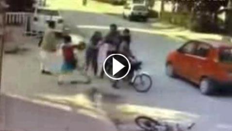 فيديو امرأة باكستانية بـ10 رجال! لاحقت لصين سرقا حقيبتها واشبعتهما ضربا!