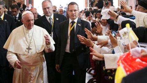 البابا فرنسيس يمازح الراهبات وينتقد النميمة