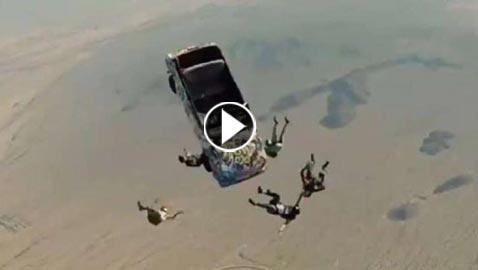 فيديو مذهل.. القفز من سيارة تسبح في الهواء