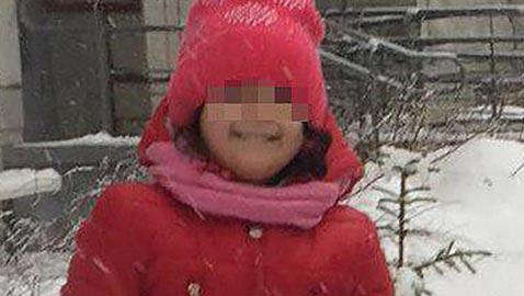 مدرسون ينسون طفلة روسية وسط الثلوج خارج الحضانة فتجمدّت حتى الموت!