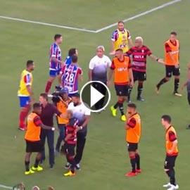 بالفيديو: طرد 9 لاعبين من مباراة كرة قدم بعد شجار ولكمات متبادلة
