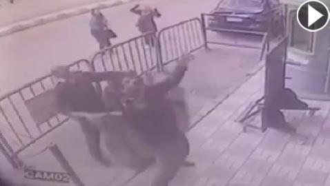 شاهدوا كيف أنقذ رجال شرطة طفلا سقط من الطابق الـ3
