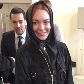 الممثلة الأمريكية ليندسي لوهان تثير الجدل من جديد بارتدائها الحجاب