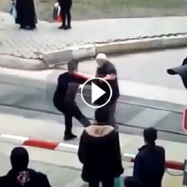 شاهدوا.. شاب ينقذ مسن أثناء عبوره أحد مسارات القطارات!