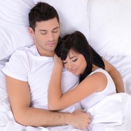 للمتزوجين فقط.. تعرف على حياتك العاطفية من خلال وضعية نومكما