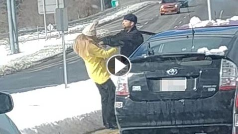 شاهد ماذا فعل هذا الرجل بامرأة عندما أغضبته!