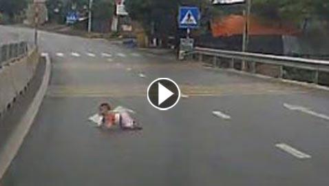 فيديو صادم: رضيع يقطع شارع سريع زحفاً بمفرده