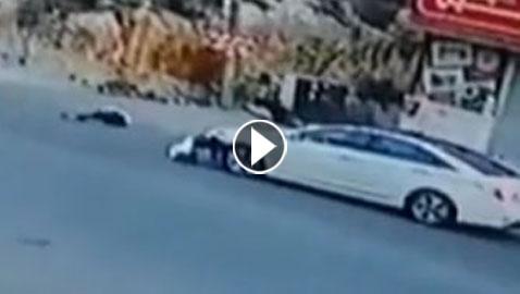 فيديو مروع: سيارة تصدم فتاة وتطيح بها في الهواء