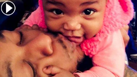 فيديو طريف: أب يرضع طفلته من (صدره) في غياب والدتها!