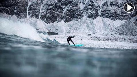 بالفيديو.. هكذا تركب الأمواج في أحد أصقع بقاع الأرض!