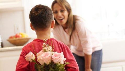 في عيد الأم.. أجمل ما كتب الأدباء والشعراء عنها