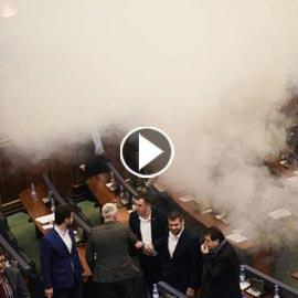 بالفيديو..إلقاء قنابل غاز مسيل للدموع داخل برلمان كوسوفو