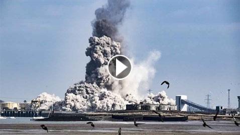 بالفيديو.. لحظة انهيار مدخنة ببريطانيا